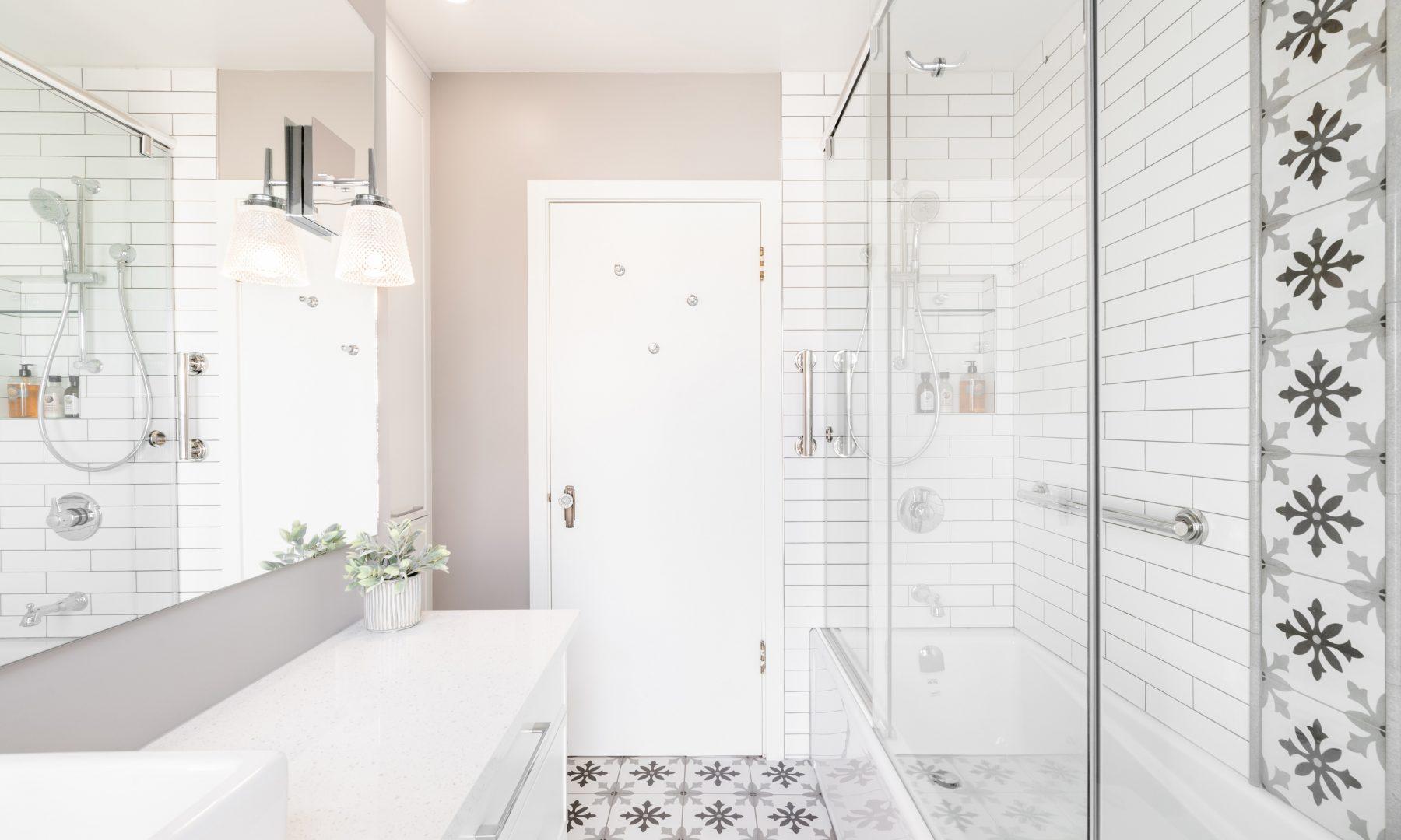 Cabico Custom Cabinets - Projet salle de bain Cedar Hill - vue avec la douche