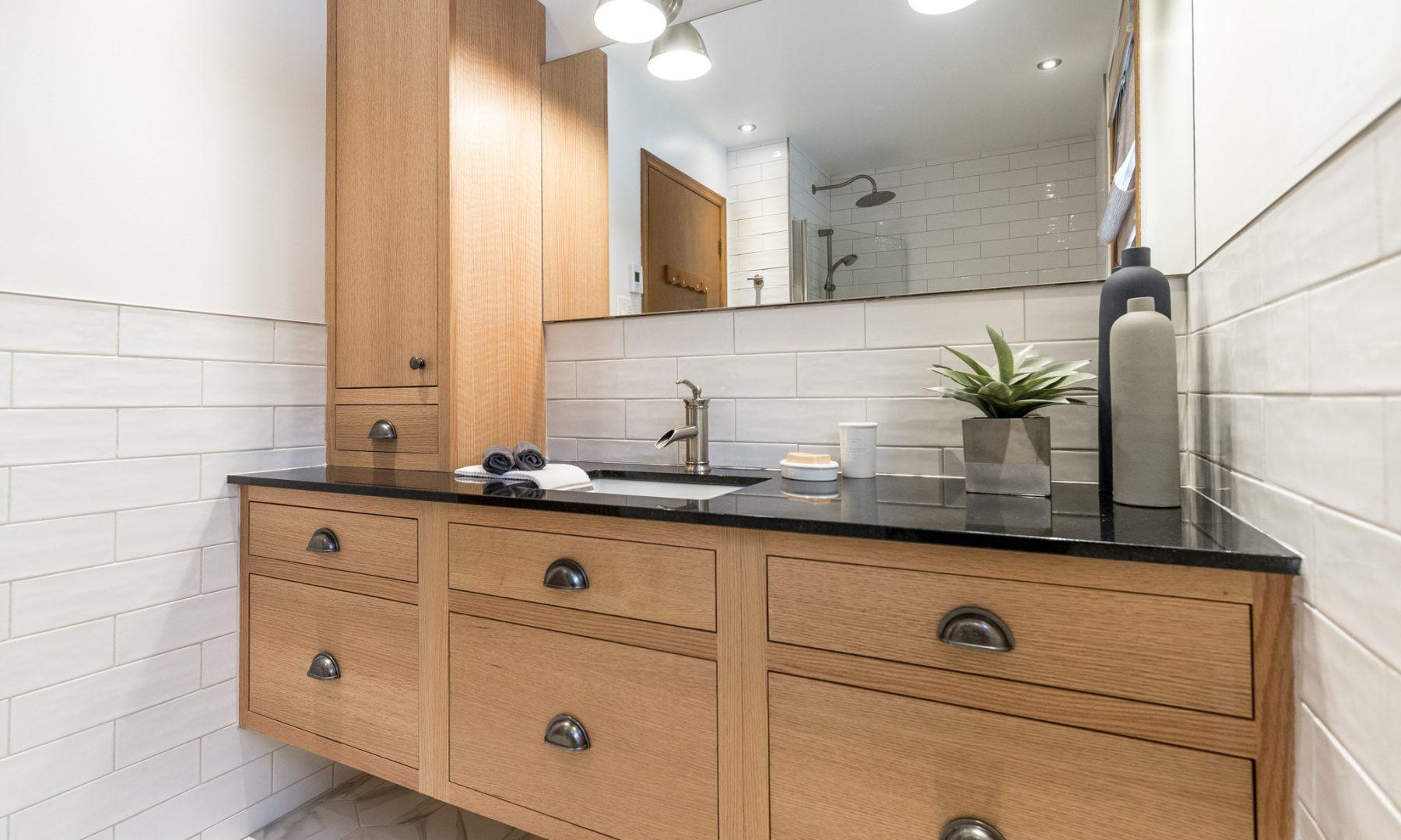 Cabico Custom Cabinets - Projet salle de bain Red Oak Leaf - vue d'ensemble