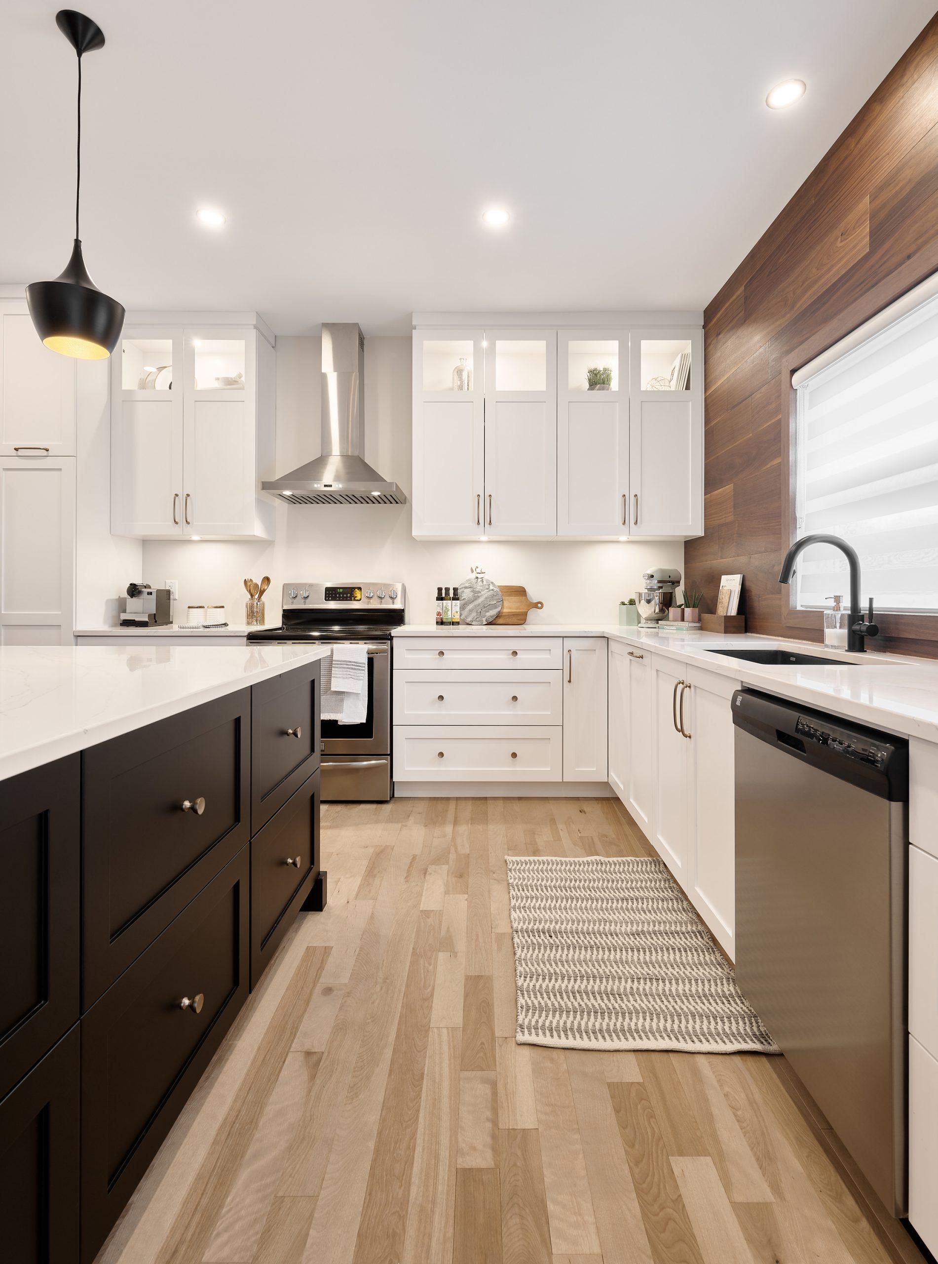 Cabico Custom Cabinets - Projet cuisine Des Sables - vue sur l'îlot et les comptoirs
