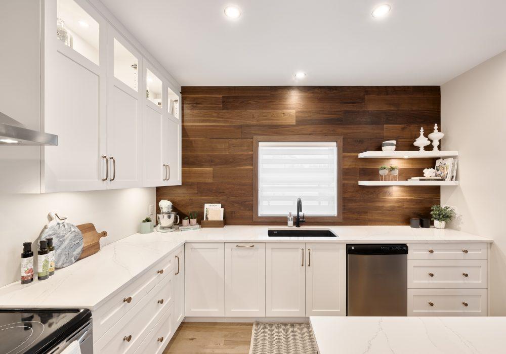 Cabico Custom Cabinets - Projet cuisine Des Sables - vue sur les comptoirs et le mur de bois