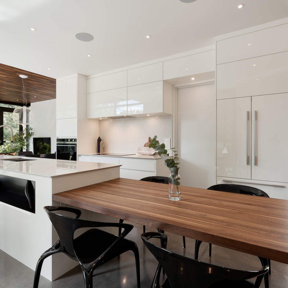 Cabico Custom Cabinets - Projet cuisine White Oasis - vue avec îlot et comptoir repas