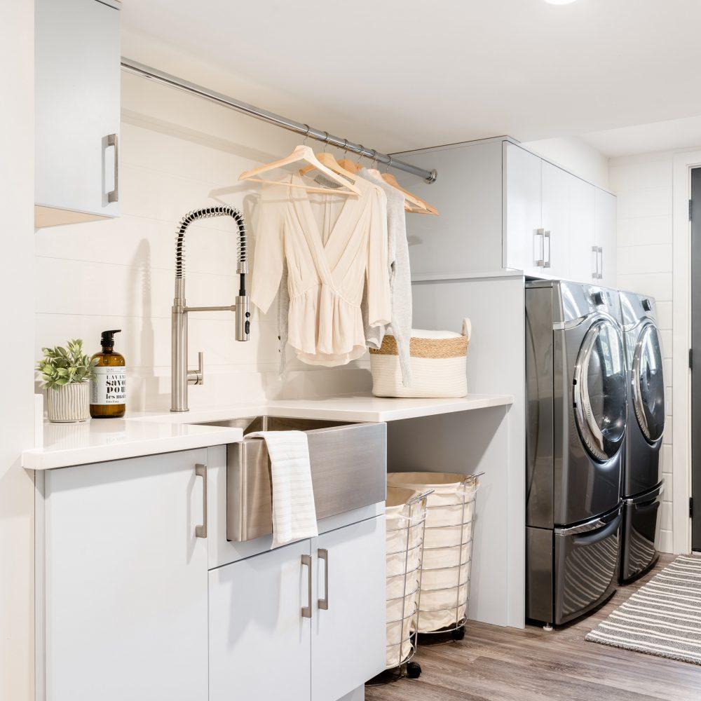 Cabico Custom Cabinets - Projet salle de lavage Willows Beach - vue cabinets avec lavabo et électros