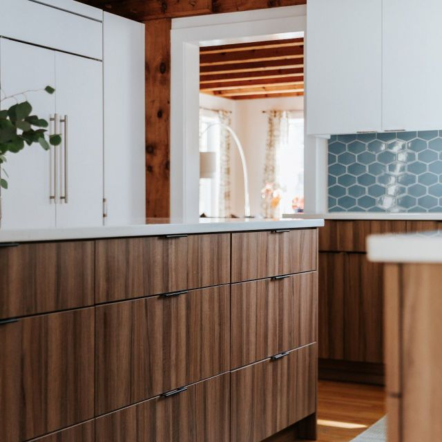 Vernacular style. . The team at @kitchencovedesign blended minimalist elements of Scandinavian design with darker textures of mid century modernism.  . Cabinetry: Essence Series Frameless Bases: Horizon Textured Faux Wood, Tonic door style Uppers: Latte on MDF, Modena door style . . . #CabicoCabinetry #HelloCabico #CustomKitchens #CustomCabinets #CustomCabinetry #CustomCabinetryDesign #CabinetGoals #KitchenCabinets #KitchenInspiration #KitchenInspo #KitchenDesign