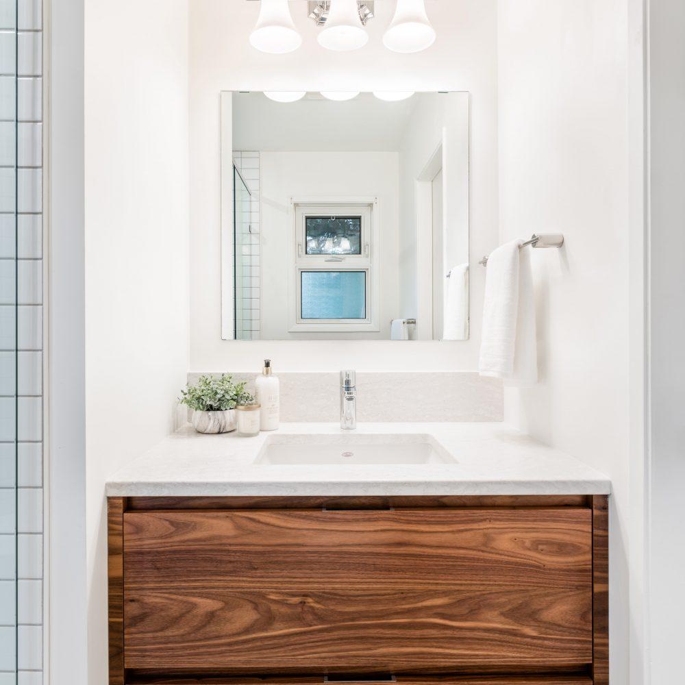 Elmwood Wood Cabinets Kitchen - Projet Brentwood Bay salle de bain 2 - vue d'ensemble à la verticale