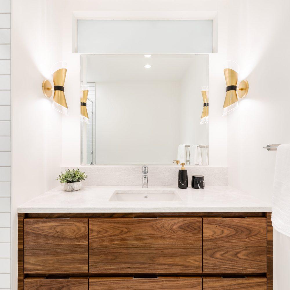 Elmwood Wood Cabinets Kitchen - Projet Brentwood Bay salle de bain 1 - vue d'ensemble à la verticale